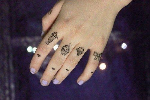 82 tattoos in den fingern daumen zeigefinger. Black Bedroom Furniture Sets. Home Design Ideas