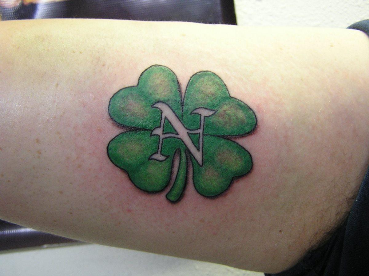 97 Tatuajes De Un Trébol En Varias Partes Del Cuerpo
