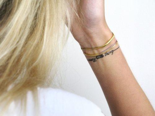 Muchos tipos diferentes de tatuajes de brazaletes