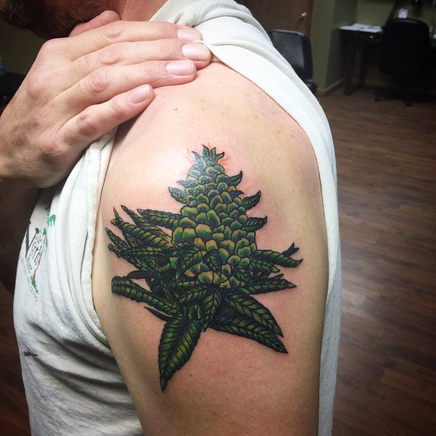 tatuaje cannabis156