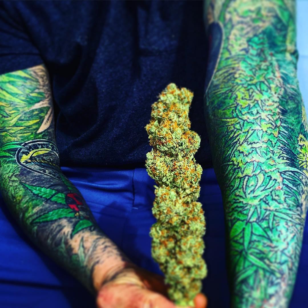 tatuaje cannabis290