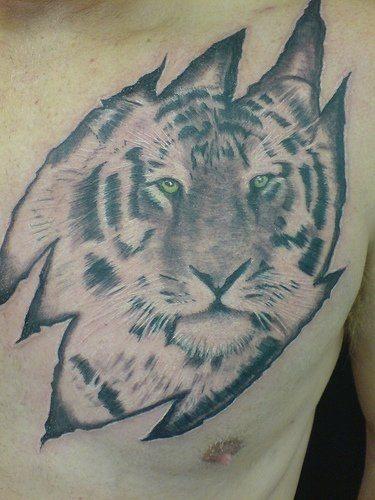 tatuaje pecho 1004