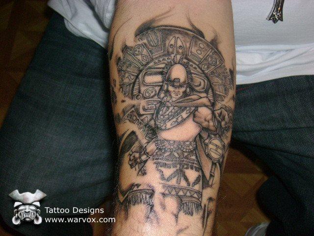 Guerrero maya tatuado en el brazo.