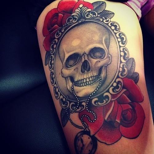 91 tatuajes de calaveras y crneos galera de diseos diseo de una calavera sobre un espejo rodeada de coloridas rosas rojas thecheapjerseys Images