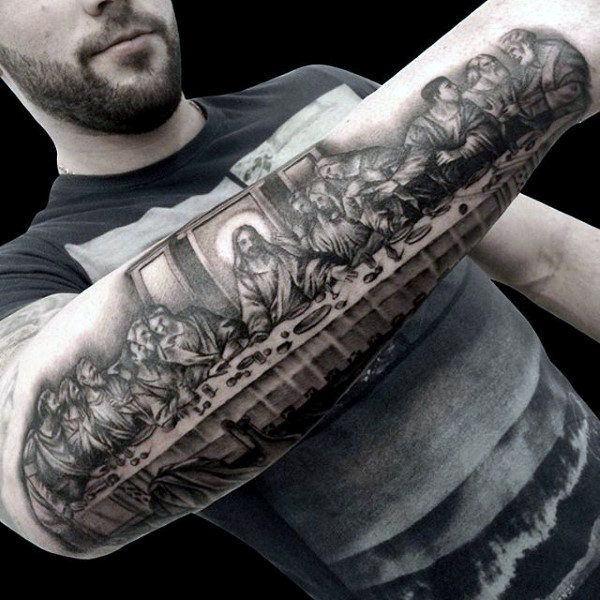 Tatuaje religioso de la santa cena en el brazo