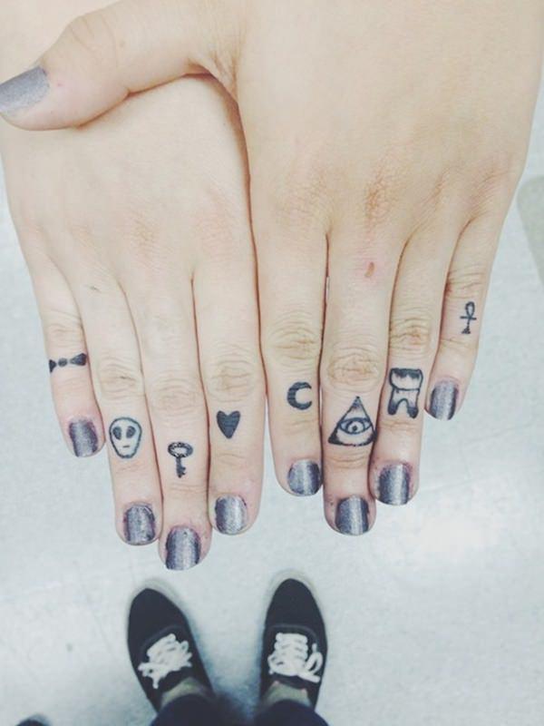 82 Tatuajes En Los Dedos Pulgar Meñique Corazón Y Anular