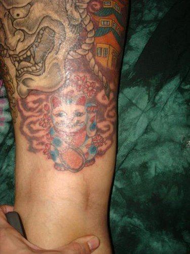 tatuaggio gamba 1018. Tatuaggio sulla coscia di un uomo.